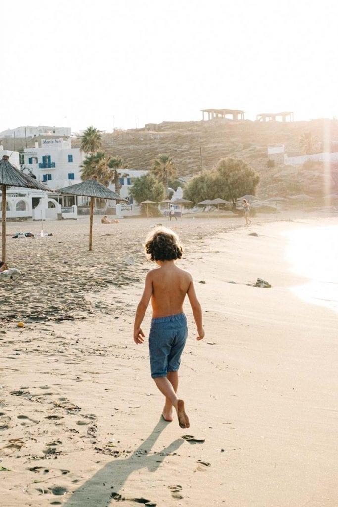ילד בים פארוס יוון ענבל כבירי
